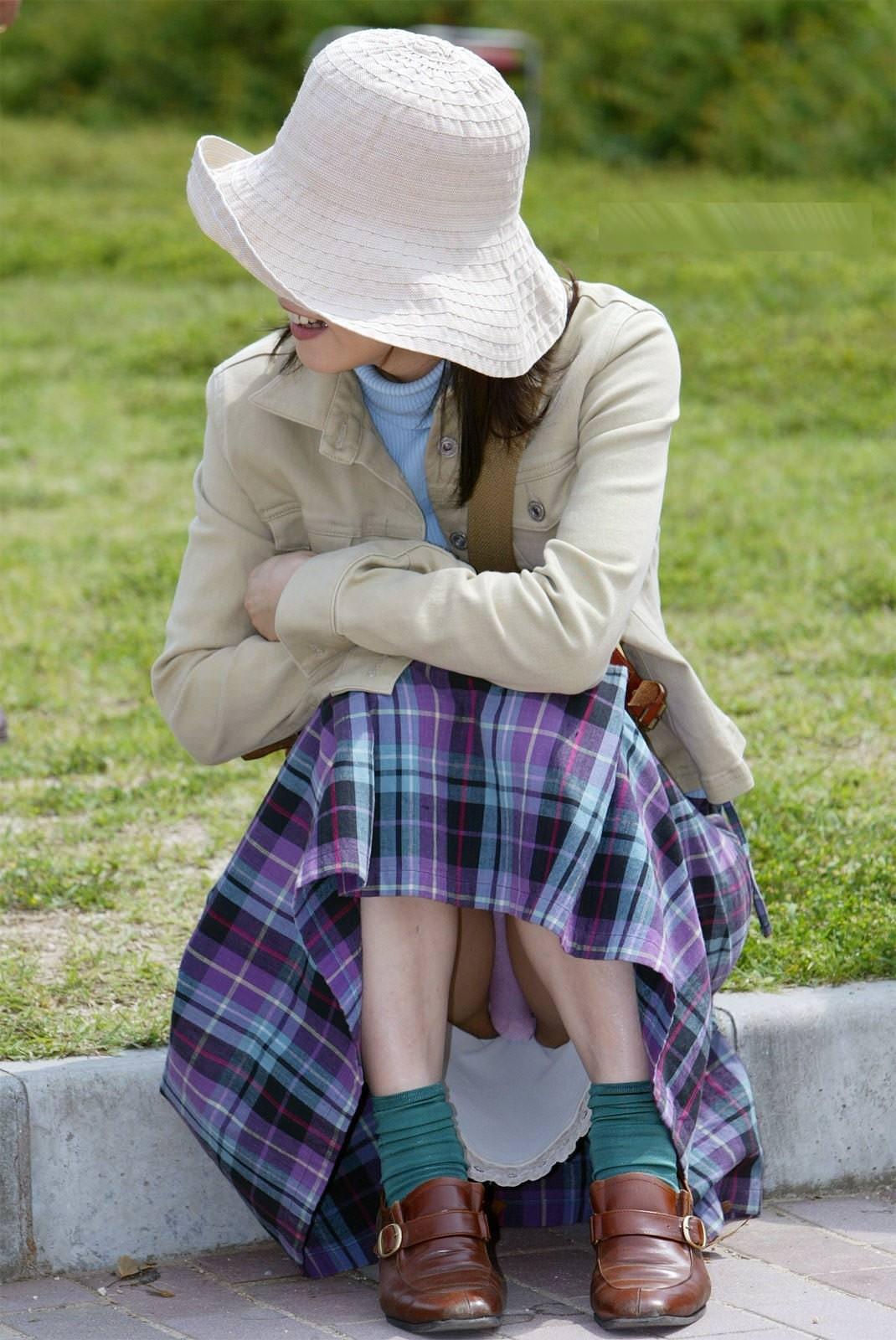 【人妻熟女】おばさんのパンチラでもチラ見えしたときの嬉しさは異常wwwwwwwwwww 2811