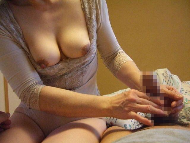 【熟女の手コキ】お母さんが男のチンポ握ってるとか信じられないwwwwwww 2937