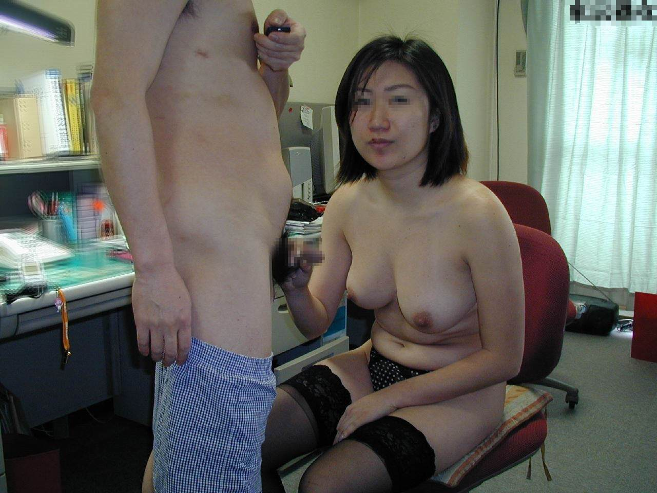 【熟女の手コキ】お母さんが男のチンポ握ってるとか信じられないwwwwwww 2943