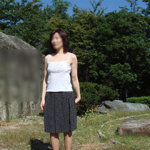 【変態24枚】ノーブラの着衣おっぱいが乳輪透けてる街撮り露出www 31165