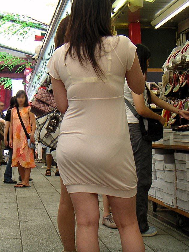 【盗撮23枚】パンティー透けてるのに気付いてない薄着女子を街撮りゲットwwwww 0134