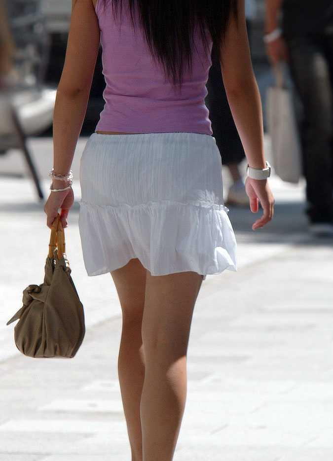 【盗撮23枚】パンティー透けてるのに気付いてない薄着女子を街撮りゲットwwwww 0136