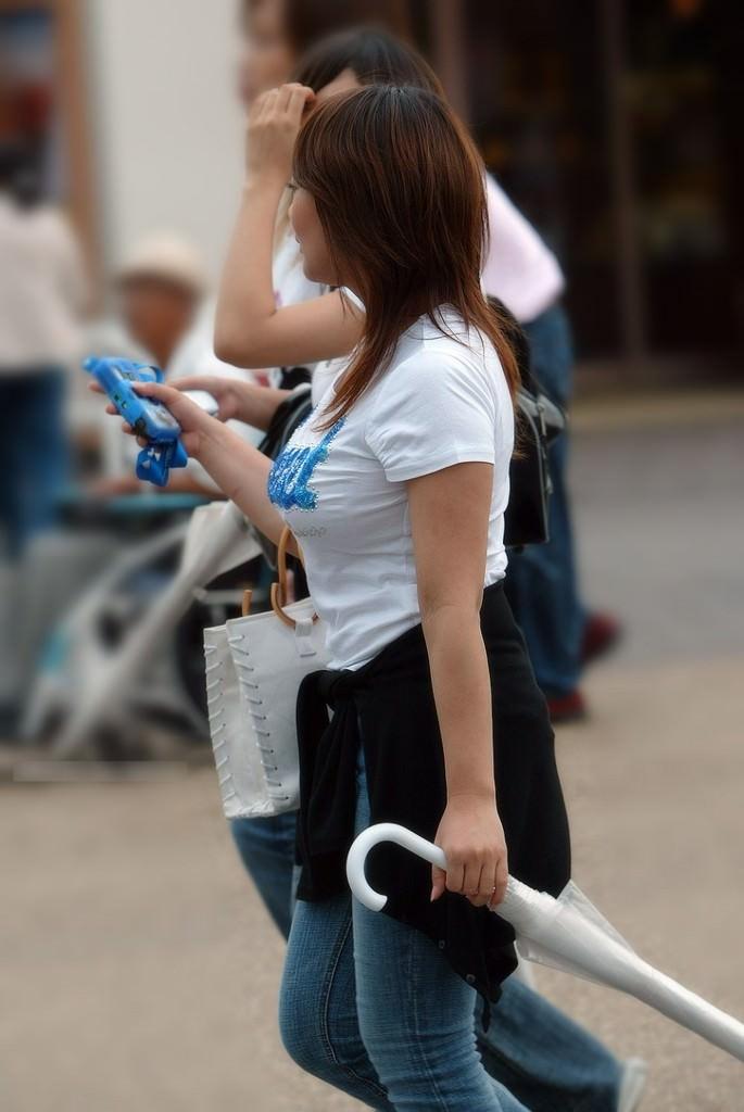 【街撮り盗撮】授乳中の若妻の着衣おっぱいがデカすぎてワロタwwwwww 0401