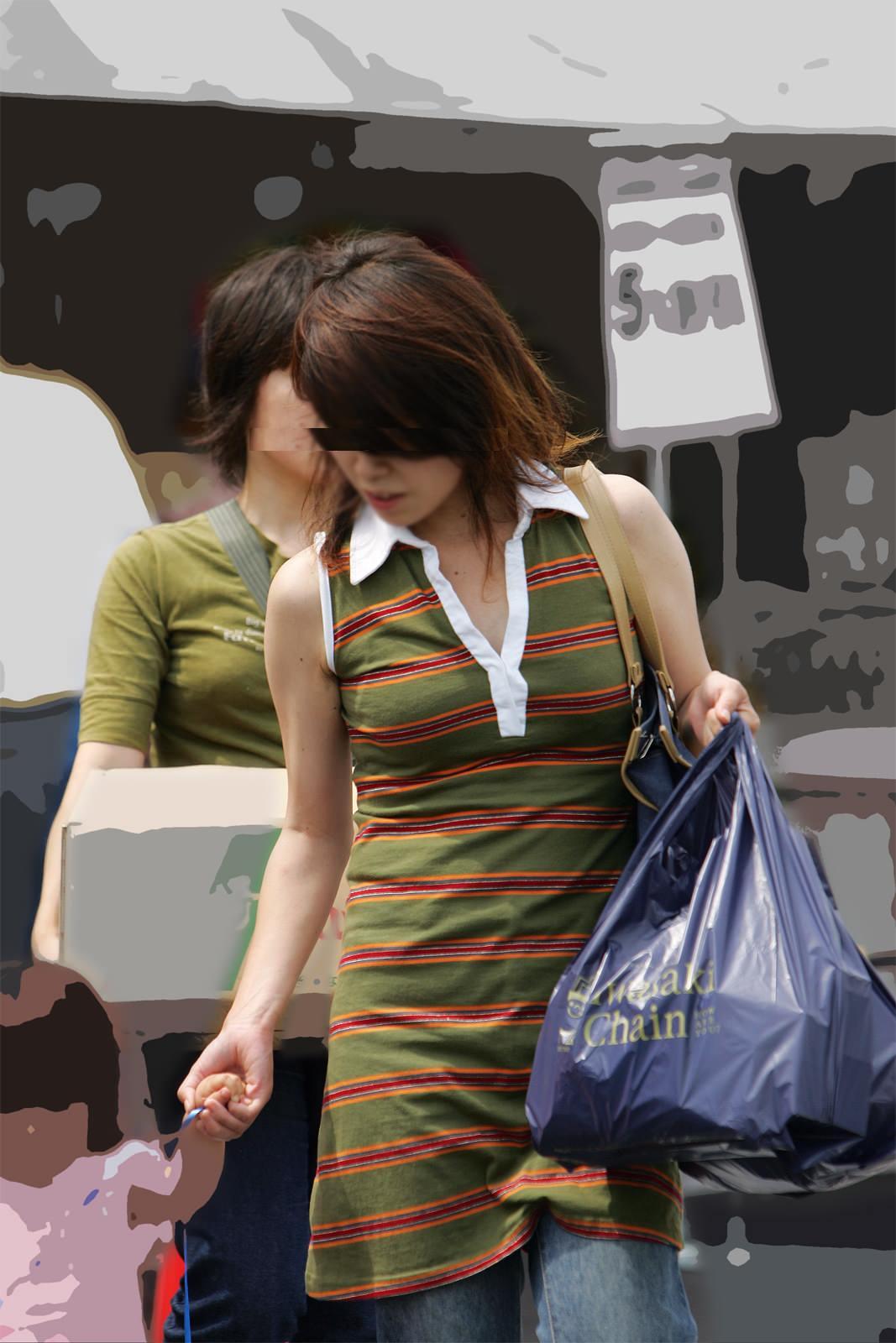 【街撮り盗撮】授乳中の若妻の着衣おっぱいがデカすぎてワロタwwwwww 0406