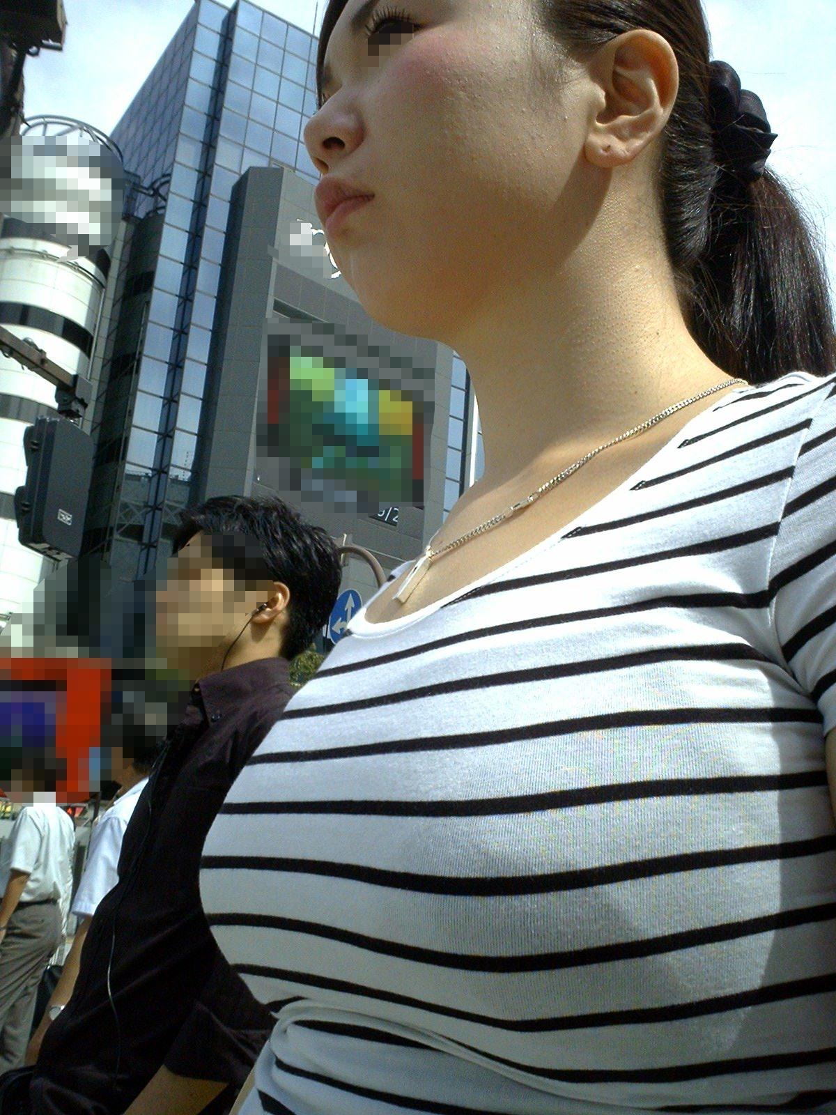 【街撮り盗撮】授乳中の若妻の着衣おっぱいがデカすぎてワロタwwwwww 0414