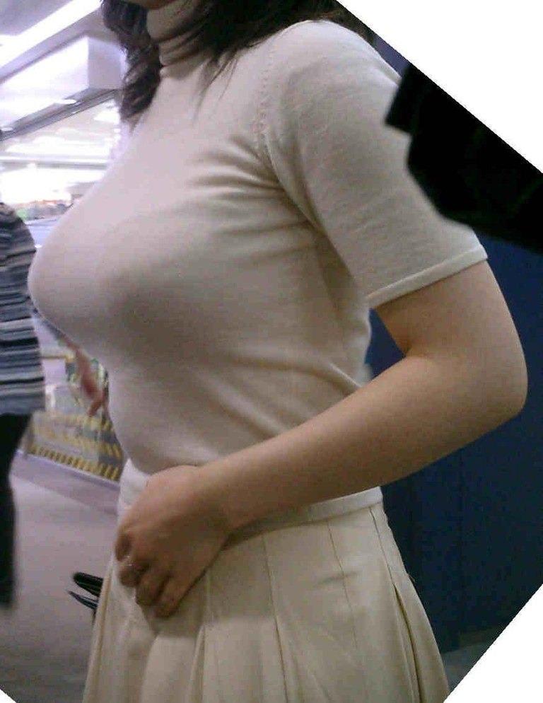 【街撮り盗撮】授乳中の若妻の着衣おっぱいがデカすぎてワロタwwwwww 0418