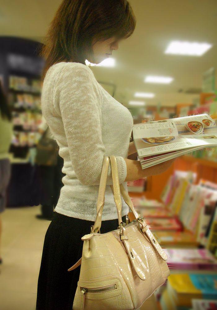【街撮り盗撮】授乳中の若妻の着衣おっぱいがデカすぎてワロタwwwwww 0424