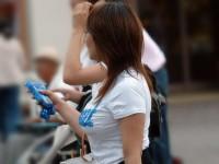 【街撮り盗撮】授乳中の若妻の着衣おっぱいがデカすぎてワロタwwwwww