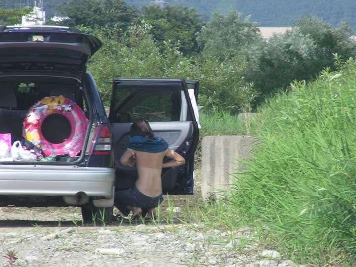 【盗撮投稿】野外の木陰で着替える素人娘wwwカメラ小僧がまんまと隠し撮りwwww 0912