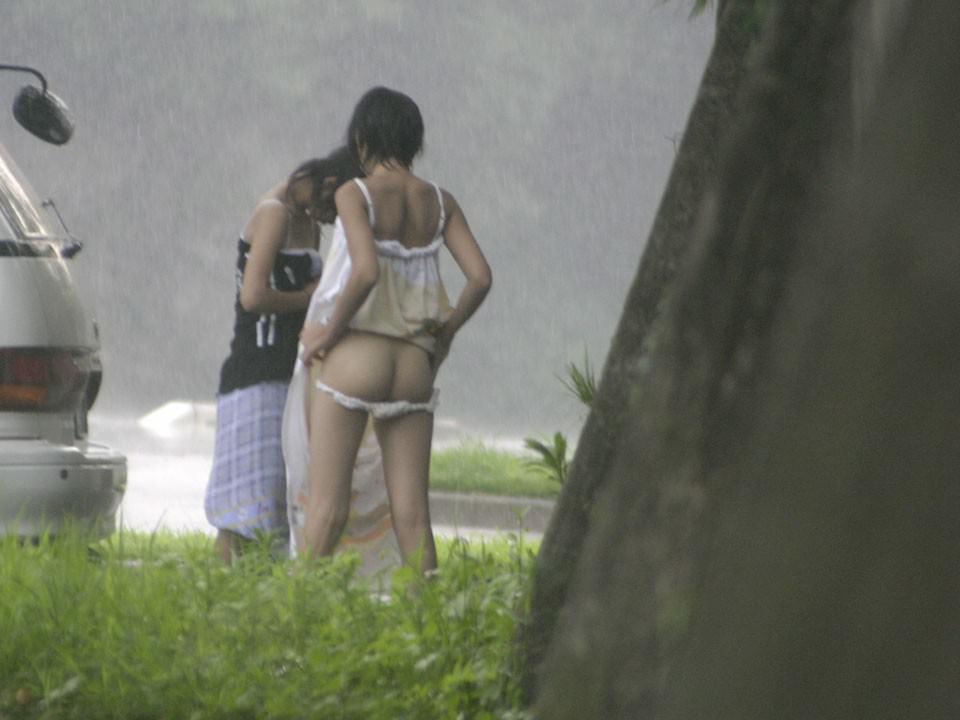 【盗撮投稿】野外の木陰で着替える素人娘wwwカメラ小僧がまんまと隠し撮りwwww 0914
