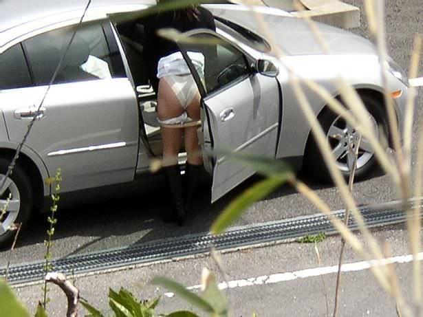 【盗撮投稿】野外の木陰で着替える素人娘wwwカメラ小僧がまんまと隠し撮りwwww 0915