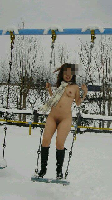 おっぱいマンコを露出させながらブランコ乗ってる変態素人女子wwww 1213