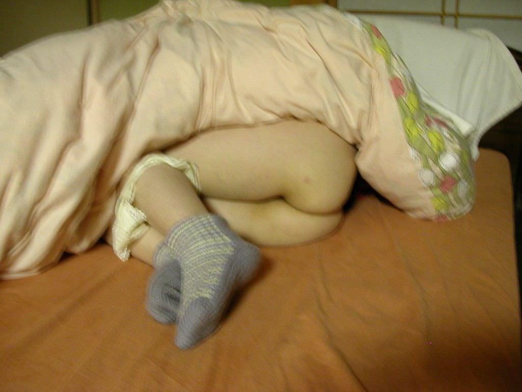 【素人妻】ケツマンコ出して寝てるwwwノーパンで布団かぶるマイハニーを家庭内盗撮www 1217