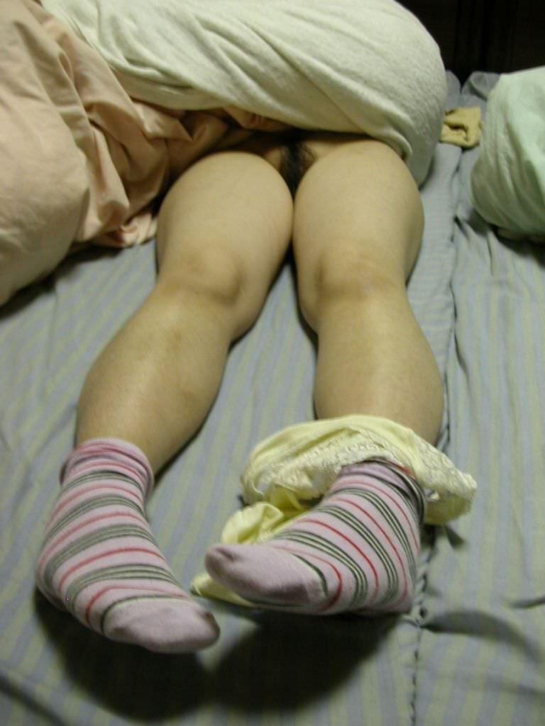 【素人妻】ケツマンコ出して寝てるwwwノーパンで布団かぶるマイハニーを家庭内盗撮www 1227