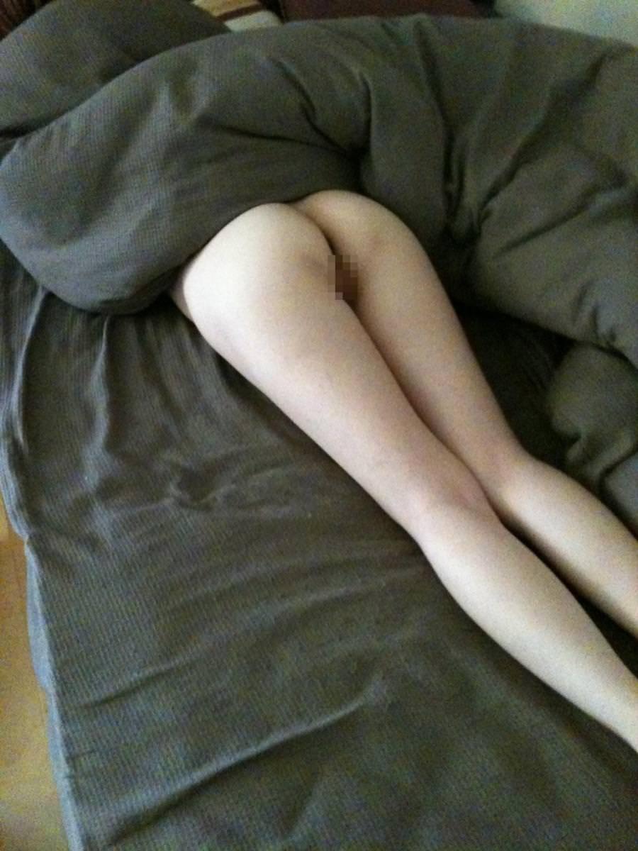 【素人妻】ケツマンコ出して寝てるwwwノーパンで布団かぶるマイハニーを家庭内盗撮www 1231