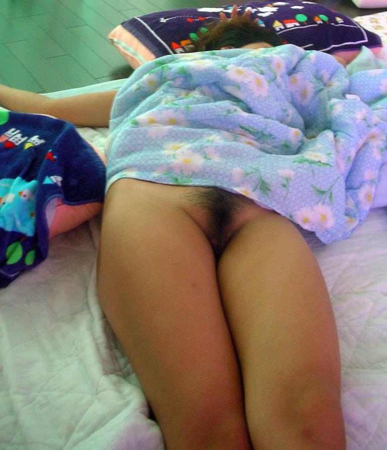 【素人妻】ケツマンコ出して寝てるwwwノーパンで布団かぶるマイハニーを家庭内盗撮www 1233