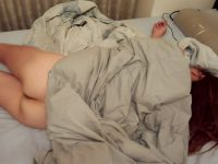 【素人妻】ケツマンコ出して寝てるwwwノーパンで布団かぶるマイハニーを家庭内盗撮www