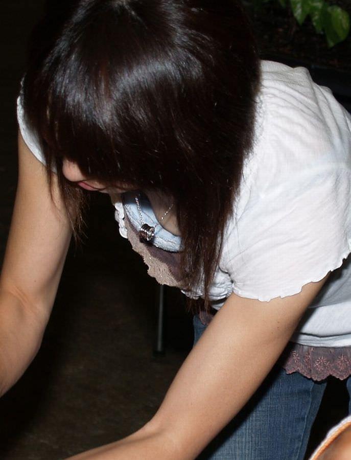 【盗撮】あと僅かで乳首見えそう胸元ゆる杉www胸チラ街撮りwww 1336