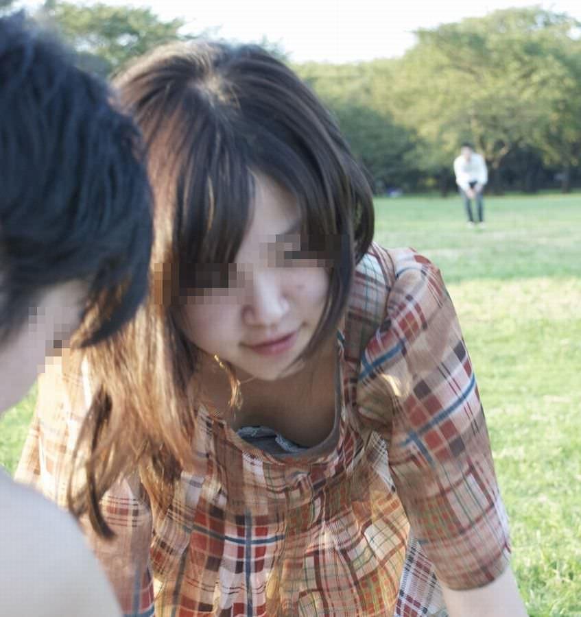 【盗撮】あと僅かで乳首見えそう胸元ゆる杉www胸チラ街撮りwww 1348