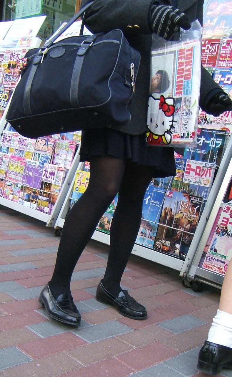 【JK盗撮】ミニスカ女子校生が黒パンスト履いた太ももがクソ抜ける街撮りwwww 2024