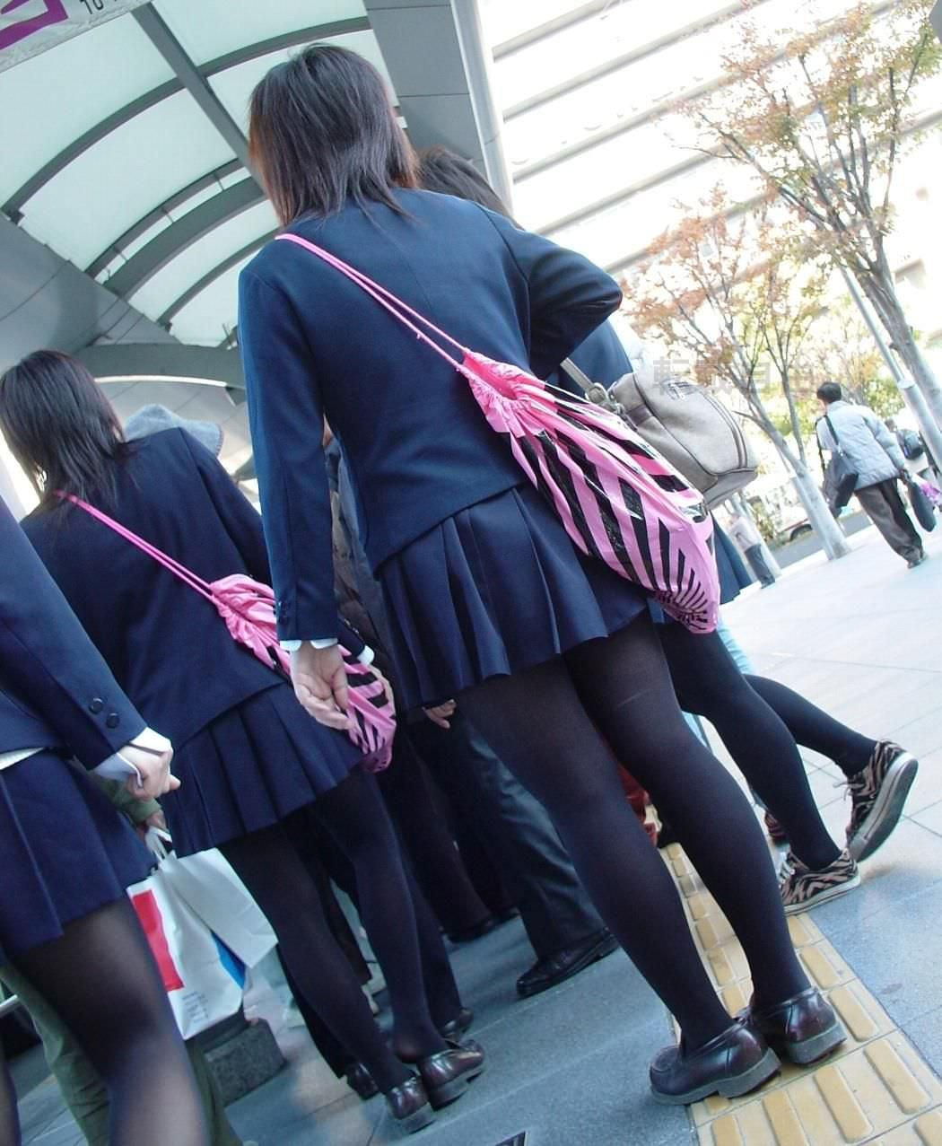 【JK盗撮】ミニスカ女子校生が黒パンスト履いた太ももがクソ抜ける街撮りwwww 2025