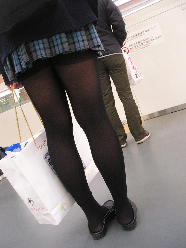 【JK盗撮】ミニスカ女子校生が黒パンスト履いた太ももがクソ抜ける街撮りwwww 2031
