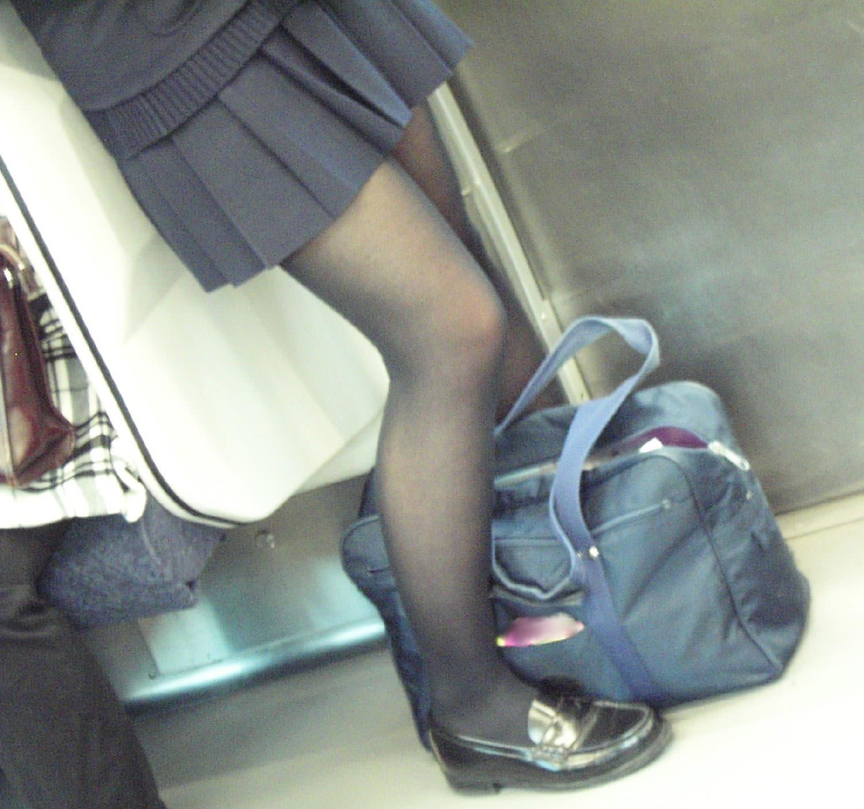 【JK盗撮】ミニスカ女子校生が黒パンスト履いた太ももがクソ抜ける街撮りwwww 2032