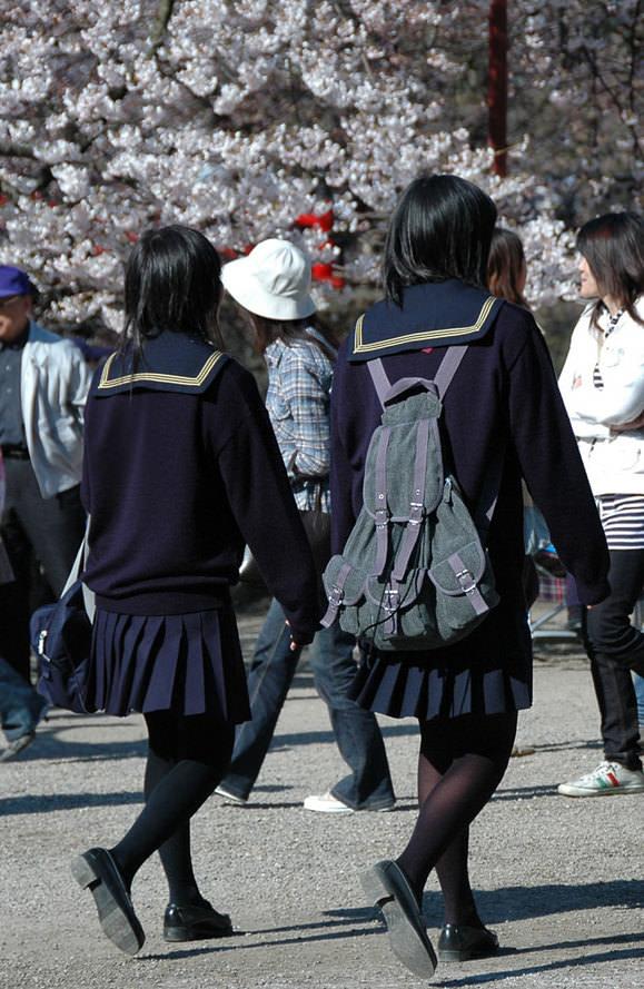 【JK盗撮】ミニスカ女子校生が黒パンスト履いた太ももがクソ抜ける街撮りwwww 2033