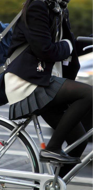 【JK盗撮】ミニスカ女子校生が黒パンスト履いた太ももがクソ抜ける街撮りwwww 2034
