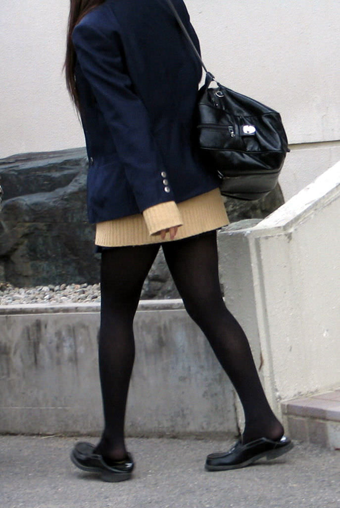 【JK盗撮】ミニスカ女子校生が黒パンスト履いた太ももがクソ抜ける街撮りwwww 2036