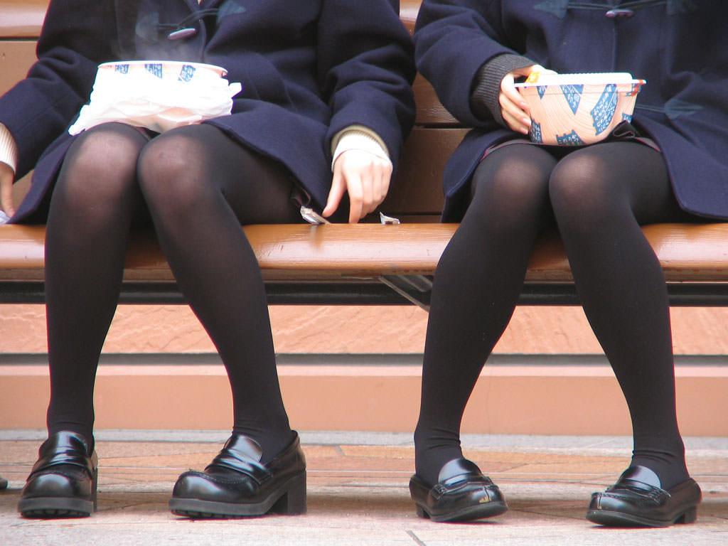 【JK盗撮】ミニスカ女子校生が黒パンスト履いた太ももがクソ抜ける街撮りwwww 2040