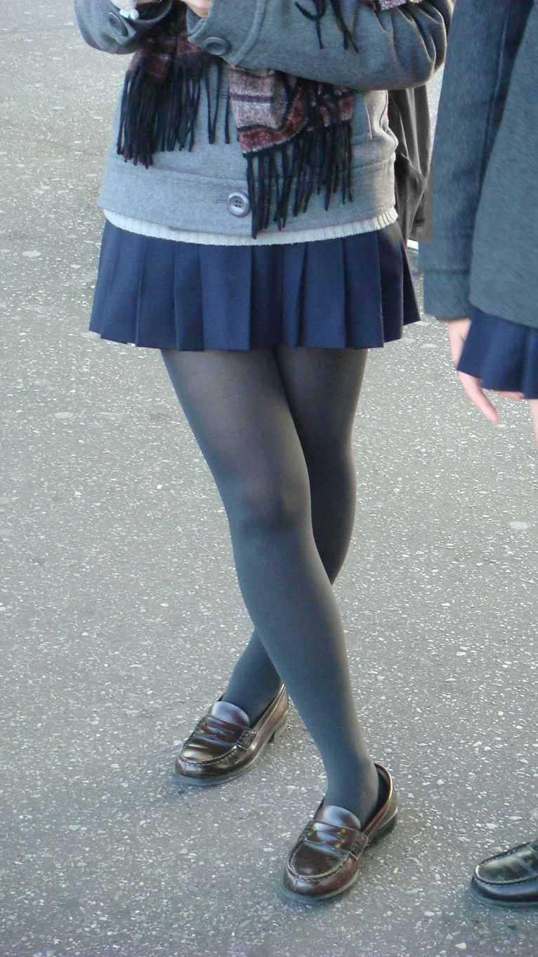 【JK盗撮】ミニスカ女子校生が黒パンスト履いた太ももがクソ抜ける街撮りwwww 2042