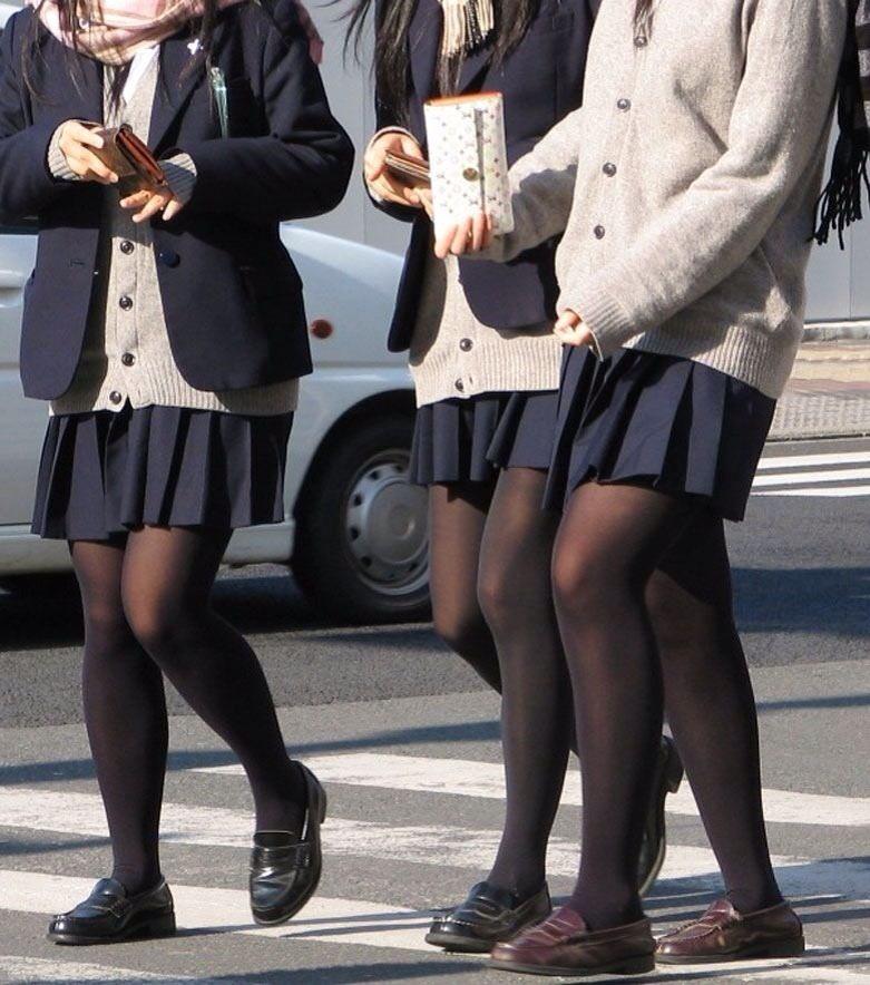 【JK盗撮】ミニスカ女子校生が黒パンスト履いた太ももがクソ抜ける街撮りwwww 2043