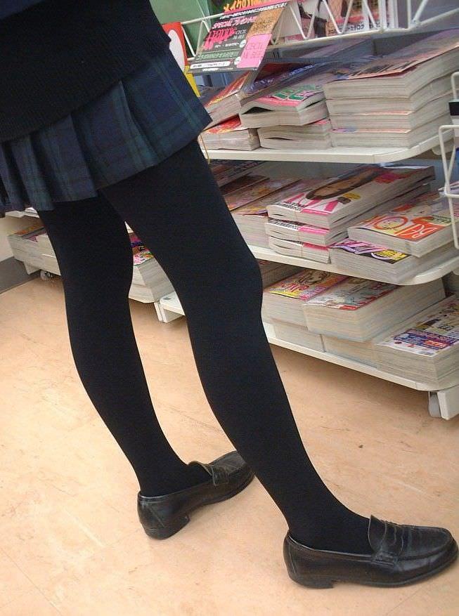 【JK盗撮】ミニスカ女子校生が黒パンスト履いた太ももがクソ抜ける街撮りwwww 2044