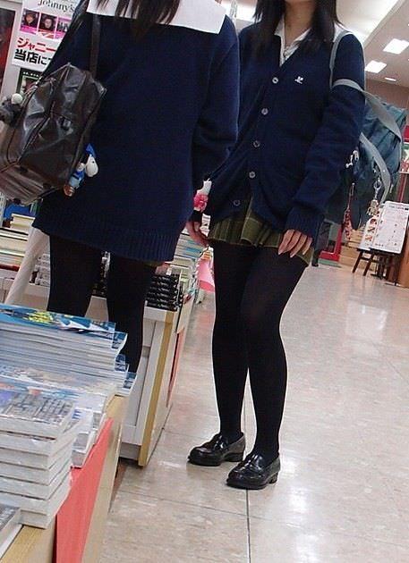 【JK盗撮】ミニスカ女子校生が黒パンスト履いた太ももがクソ抜ける街撮りwwww 2046