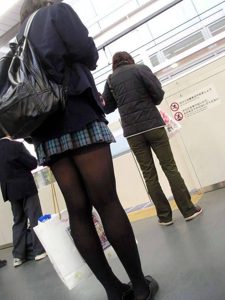 【JK盗撮】ミニスカ女子校生が黒パンスト履いた太ももがクソ抜ける街撮りwwww 2048