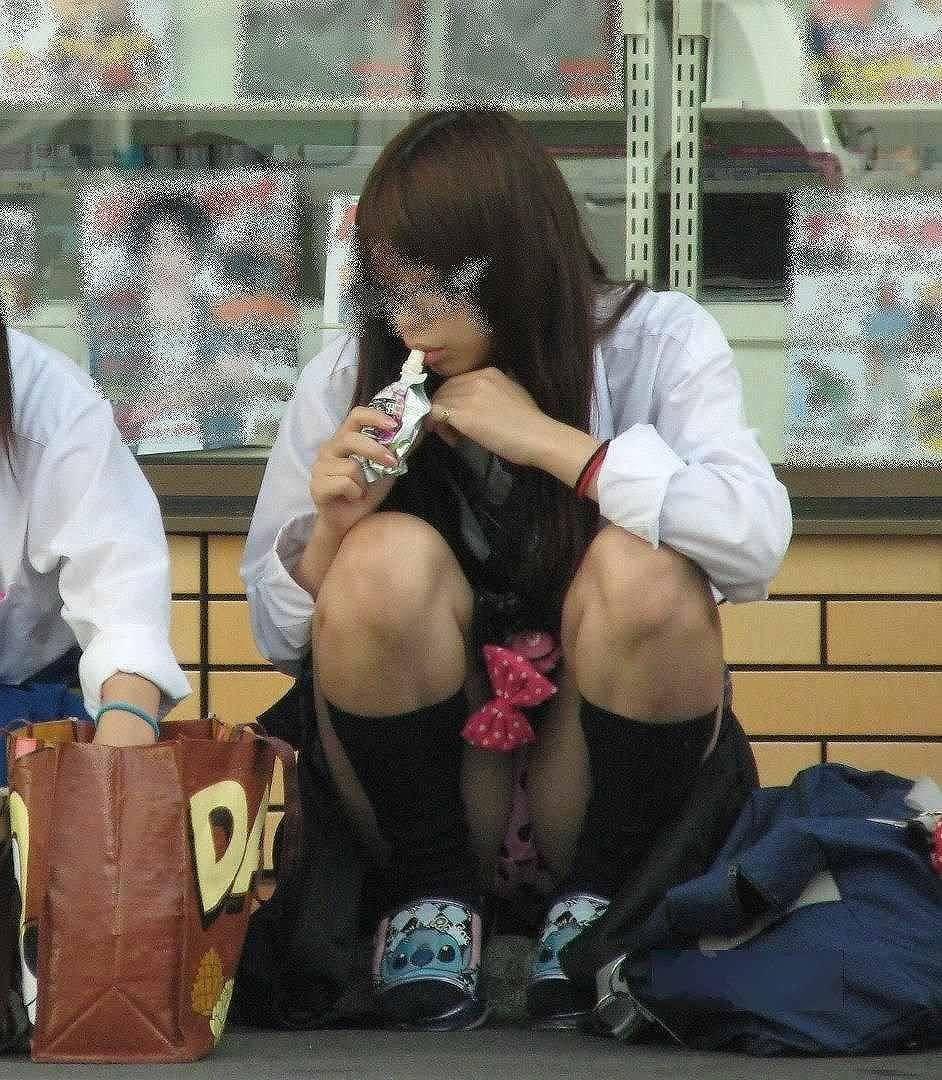 【素人街撮り】むっちりした太ももの隙間から顔を出す女子校生のパンチラ盗撮wwww 21105