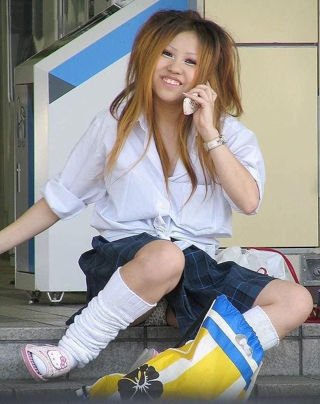 【素人街撮り】むっちりした太ももの隙間から顔を出す女子校生のパンチラ盗撮wwww 21106