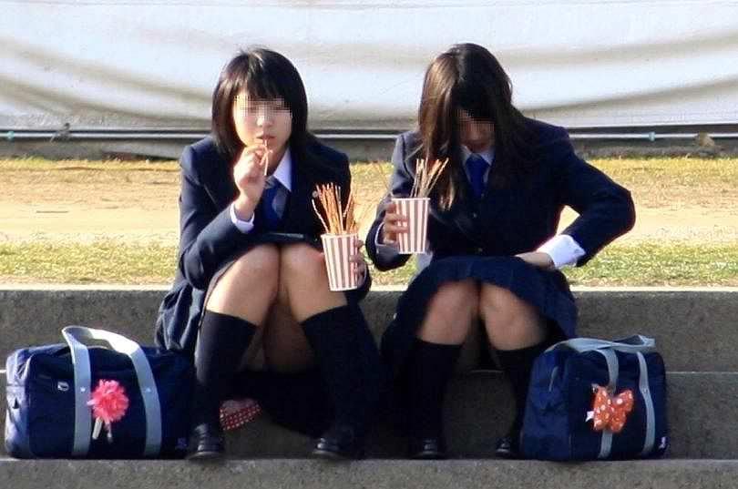 【素人街撮り】むっちりした太ももの隙間から顔を出す女子校生のパンチラ盗撮wwww 21108