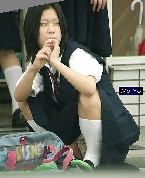 【素人街撮り】むっちりした太ももの隙間から顔を出す女子校生のパンチラ盗撮wwww 21109