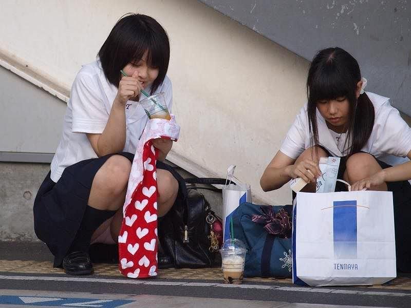【素人街撮り】むっちりした太ももの隙間から顔を出す女子校生のパンチラ盗撮wwww 21110