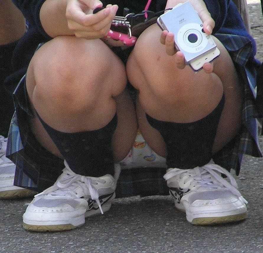 【素人街撮り】むっちりした太ももの隙間から顔を出す女子校生のパンチラ盗撮wwww 21113
