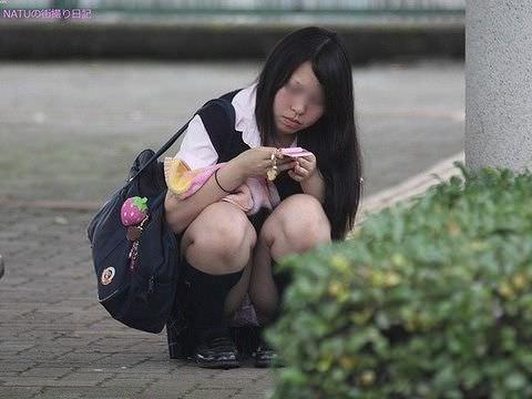 【素人街撮り】むっちりした太ももの隙間から顔を出す女子校生のパンチラ盗撮wwww 21117