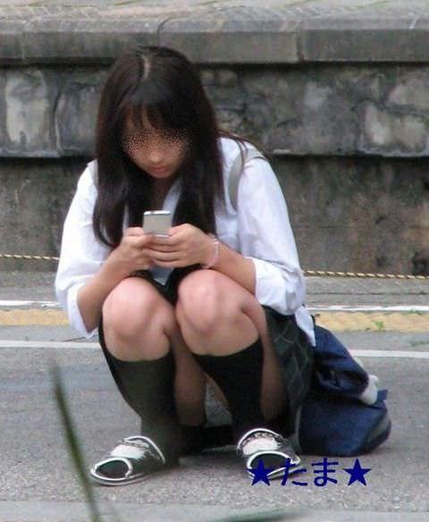 【素人街撮り】むっちりした太ももの隙間から顔を出す女子校生のパンチラ盗撮wwww 21118