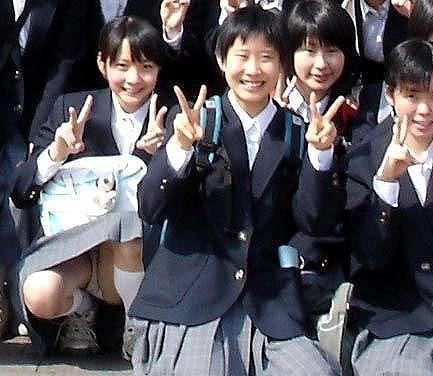 【素人街撮り】むっちりした太ももの隙間から顔を出す女子校生のパンチラ盗撮wwww 21119