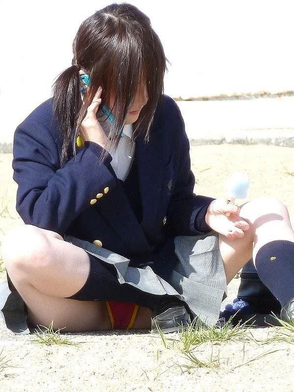 【素人街撮り】むっちりした太ももの隙間から顔を出す女子校生のパンチラ盗撮wwww 21121