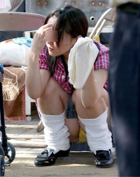 【素人街撮り】むっちりした太ももの隙間から顔を出す女子校生のパンチラ盗撮wwww 21122