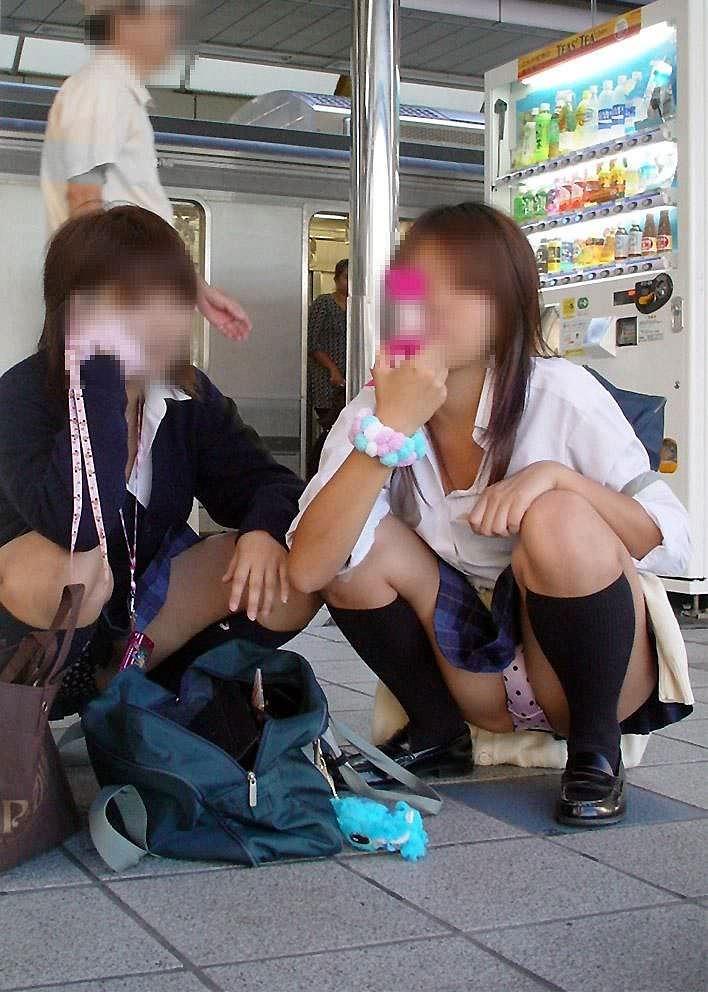 【素人街撮り】むっちりした太ももの隙間から顔を出す女子校生のパンチラ盗撮wwww 21124