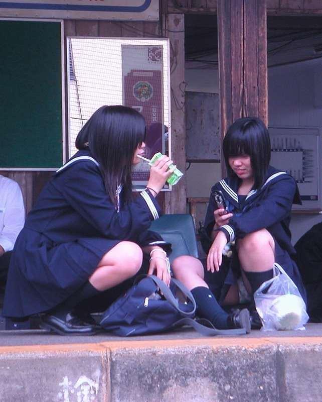 【素人街撮り】むっちりした太ももの隙間から顔を出す女子校生のパンチラ盗撮wwww 21126