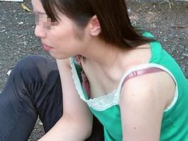【盗撮街撮り】胸チラしてる素人の乳首が見えた時のエロさは異常wwww